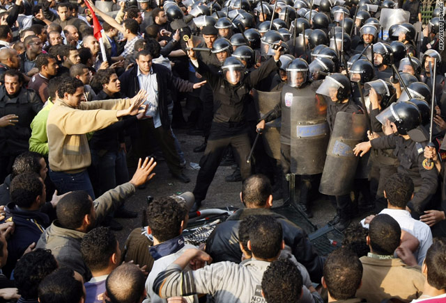 Egyptian-protesters-and-military